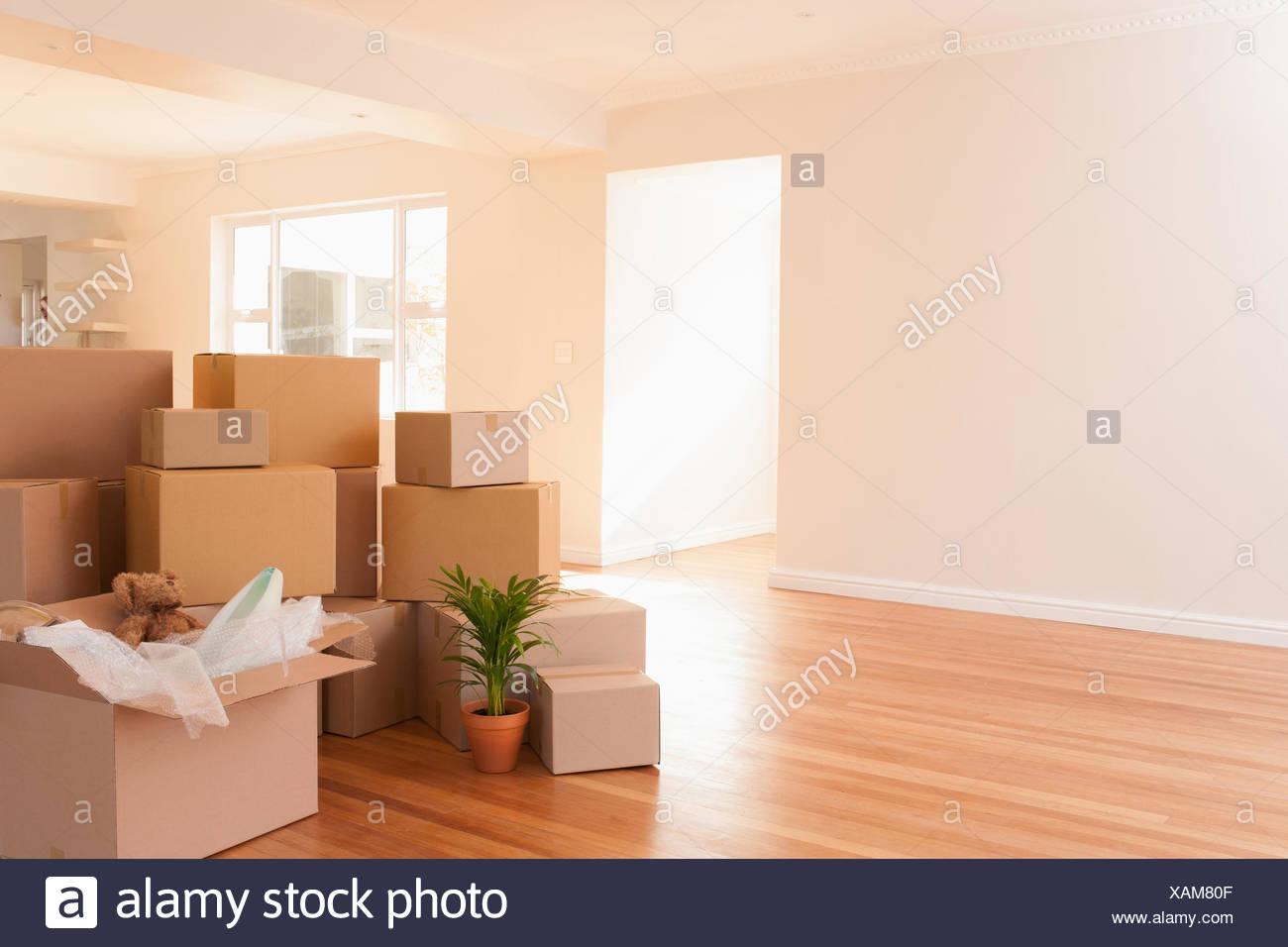 Plancher en bois boîtes empilées sur des nouvelle maison Photo Stock