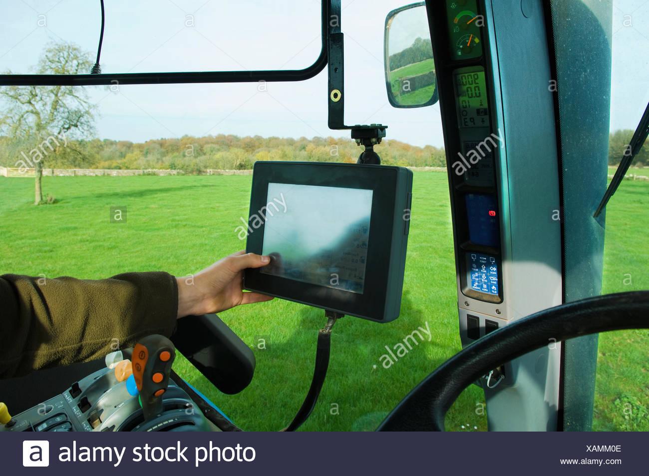L'équipement technique à bord d'un tracteur, d'une part de toucher un écran tactile. Photo Stock