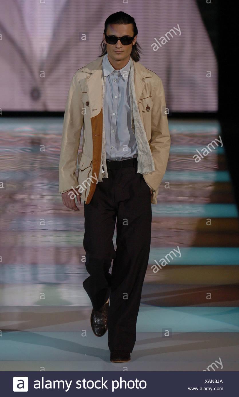 Des Vêtements Mâle SombresVeste Milan S Giorgio Portant Armani wOP08nXNk