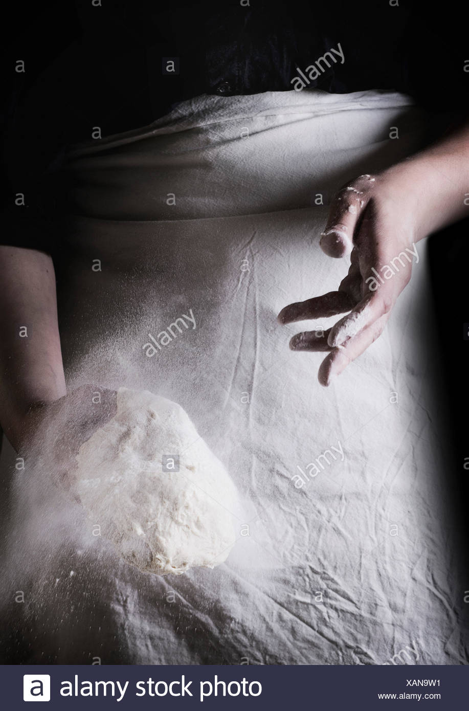 Women's Hands faire la pâte à pizza. Voir la série Photo Stock