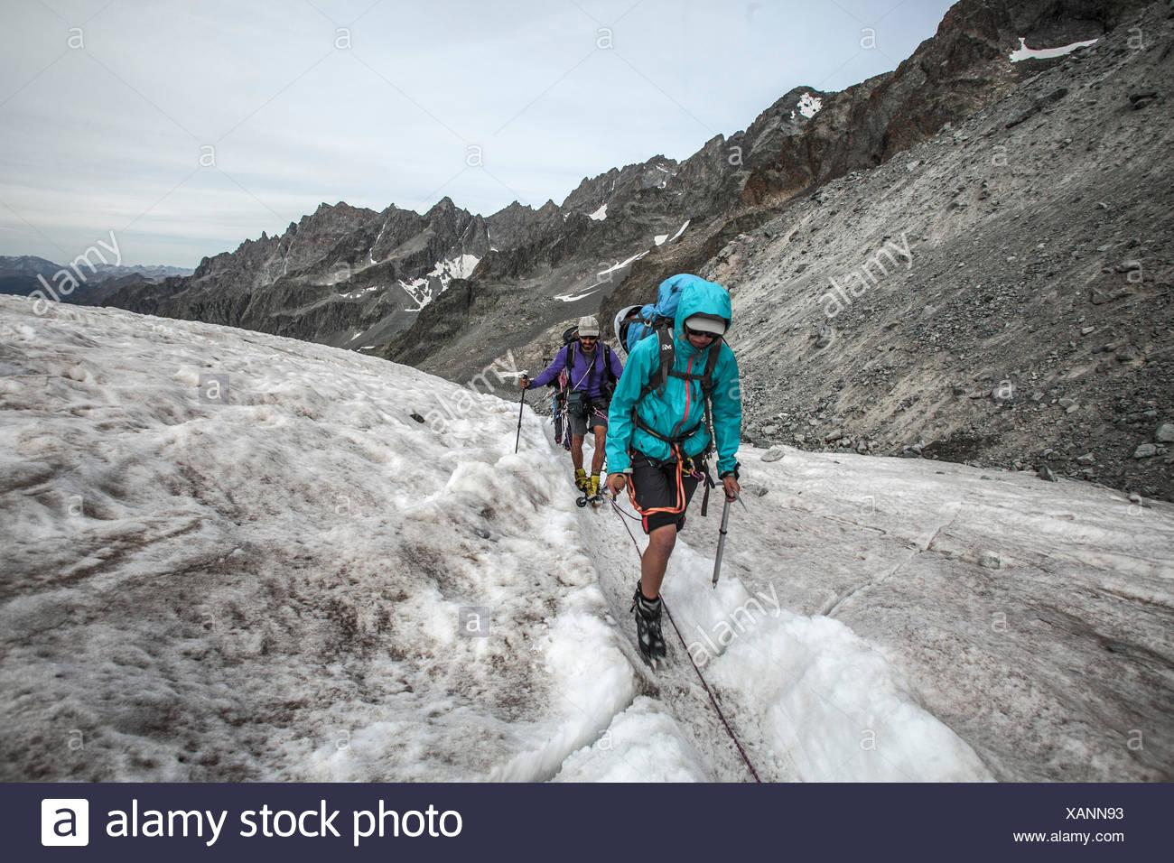 Trekking sur la série 'des Ecrins', les gens d'âge moyen de la randonnée dans le Glacier Blanc, France, alpes Photo Stock