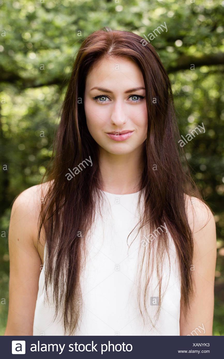 Portrait d'une jeune femme aux longs cheveux bruns Photo Stock