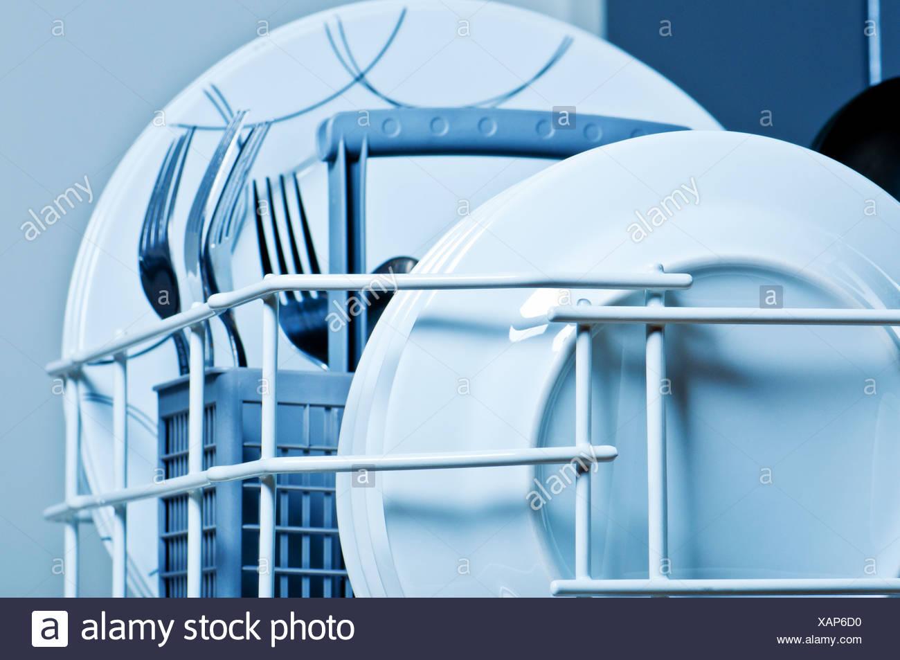 Nettoyer Interieur Lave Vaisselle nettoyer les assiettes et les fourchettes à l'intérieur d'un