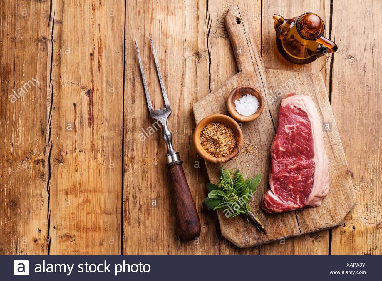Matières de la viande fraîche de boeuf premium d'Amérique du Sud New York steak Faux-filet sur fond de bois Photo Stock