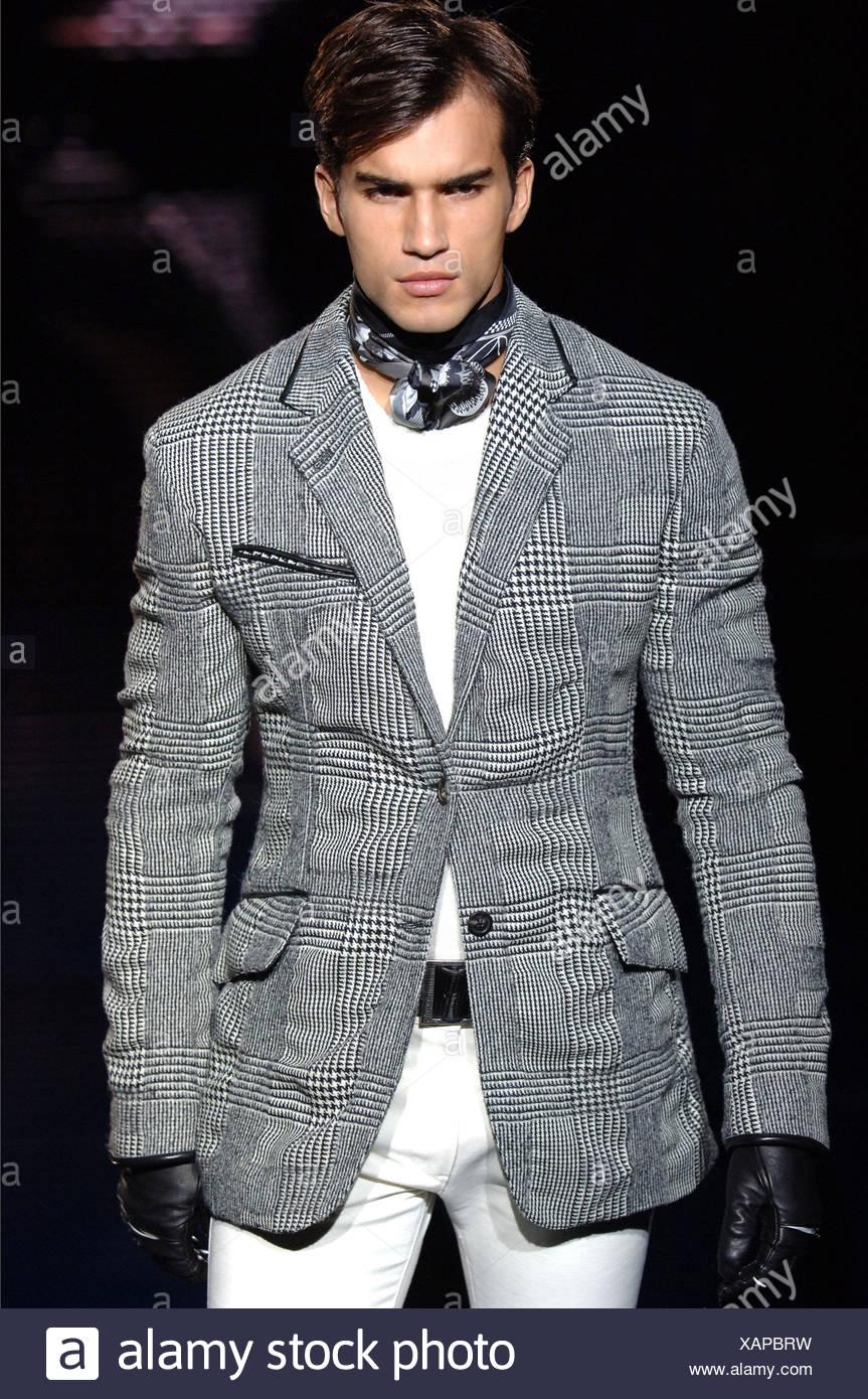 Vêtements pour homme Versace Milan UN W Brunette portant un mâle gris noir  et blanc à carreaux veste par-dessus un cavalier blanc, pantalon blanc  serré, 92c8d577ff1