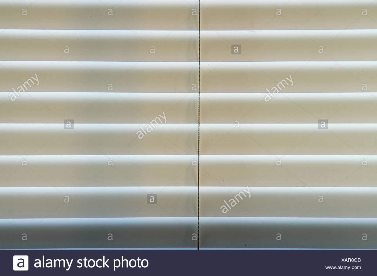 Mini stores sont fermés dans une fenêtre, à contre-jour, matin de la sunshine Photo Stock