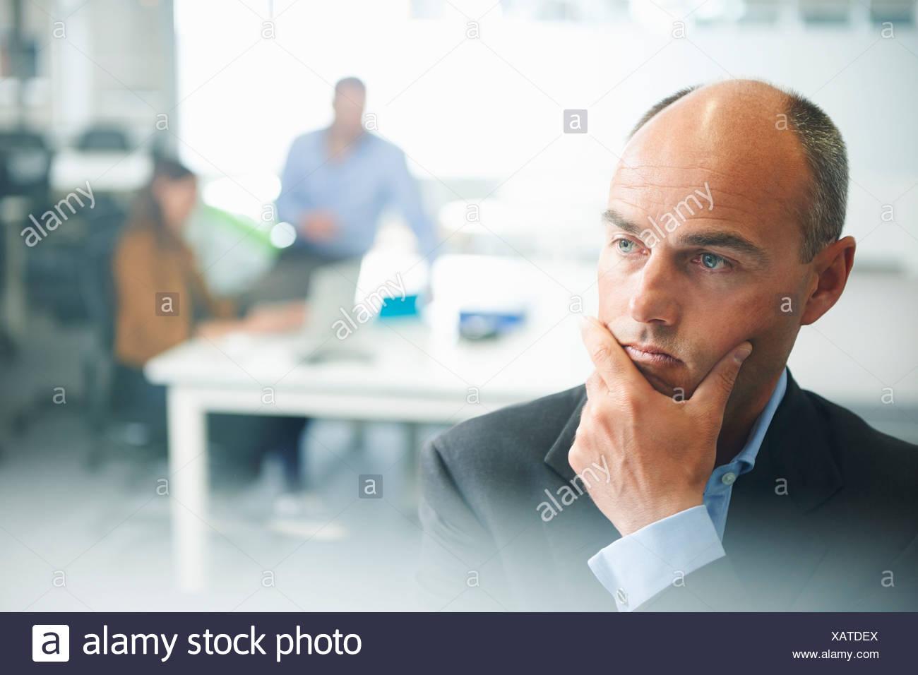 La pensée de l'homme, les gens en arrière-plan Photo Stock