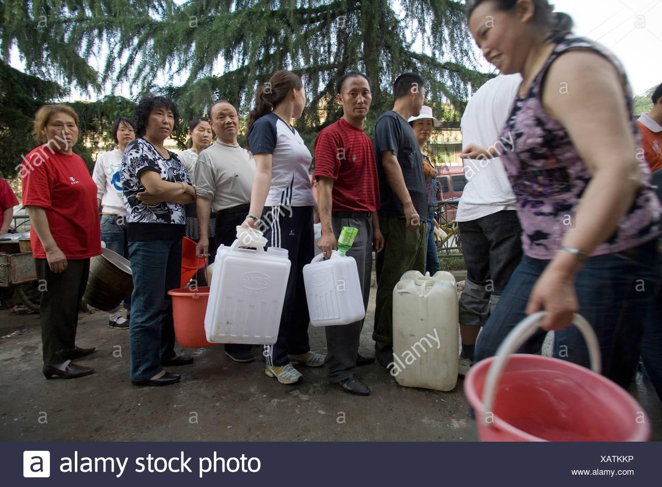 Les gens recueillir l'eau douce à la suite d'un tremblement de terre en Chine, Canton de Pingan. Photo Stock
