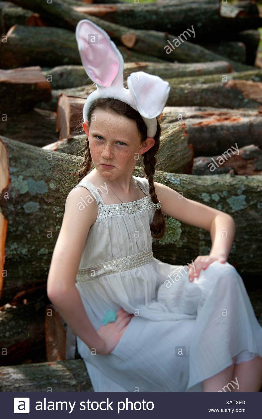 Jeune fille posant avec robe de Pâques et oreilles de lapin. Photo Stock