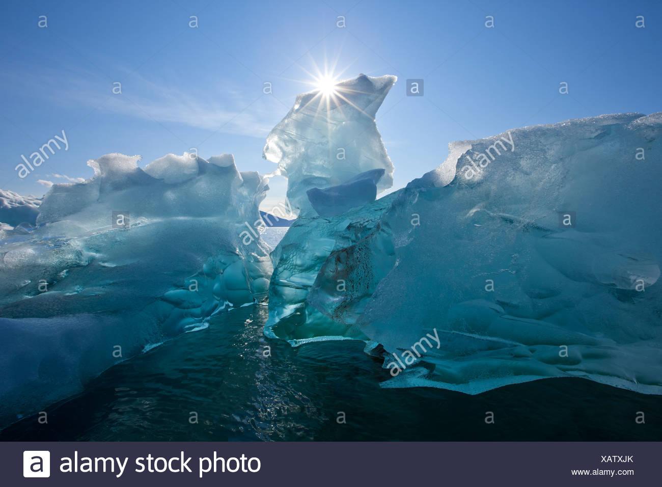 Un iceberg flottant sur les eaux calmes de Holkham Bay à l'entrée de Tracy Arm, le sud-est de l'Alaska, l'automne Photo Stock