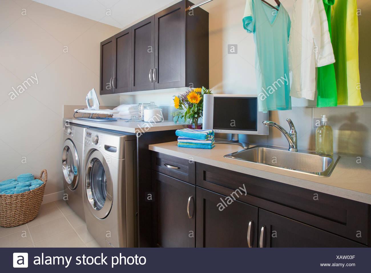 Buanderie moderne avec lave-linge et sèche-linge Banque D\'Images ...