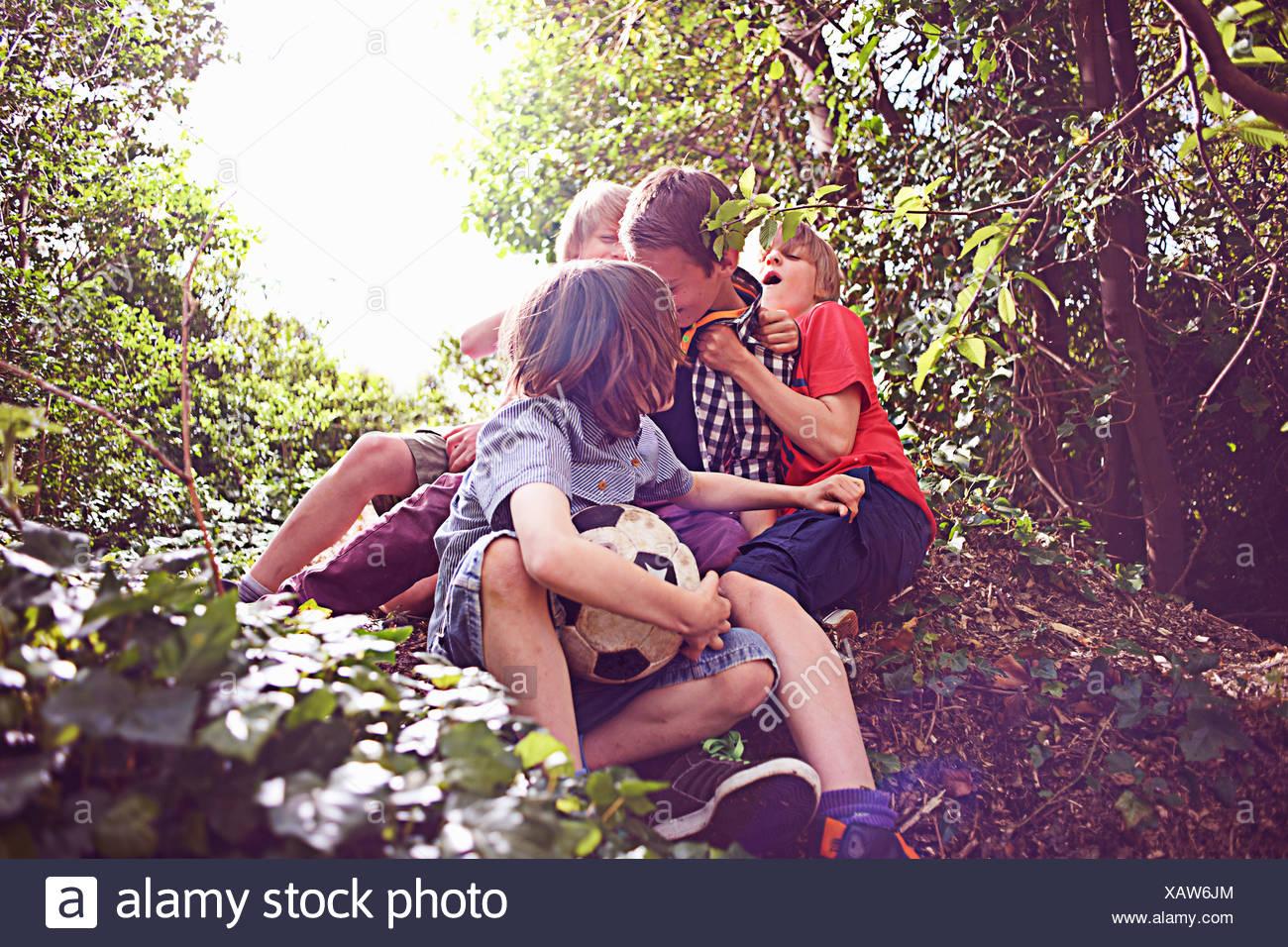 Les garçons jouant dans la forêt Photo Stock