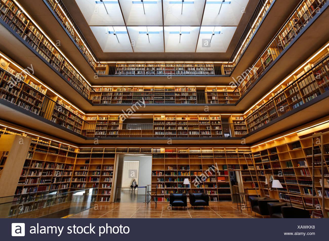 Des étagères dans le hall, Kubus study center de la bibliothèque de la Duchesse Anna Amalia à Weimar, Thuringe, Allemagne, Europe Photo Stock