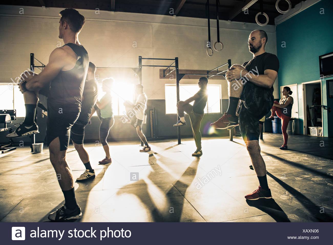 Groupe de remise en forme formation ensemble in gymnasium Photo Stock