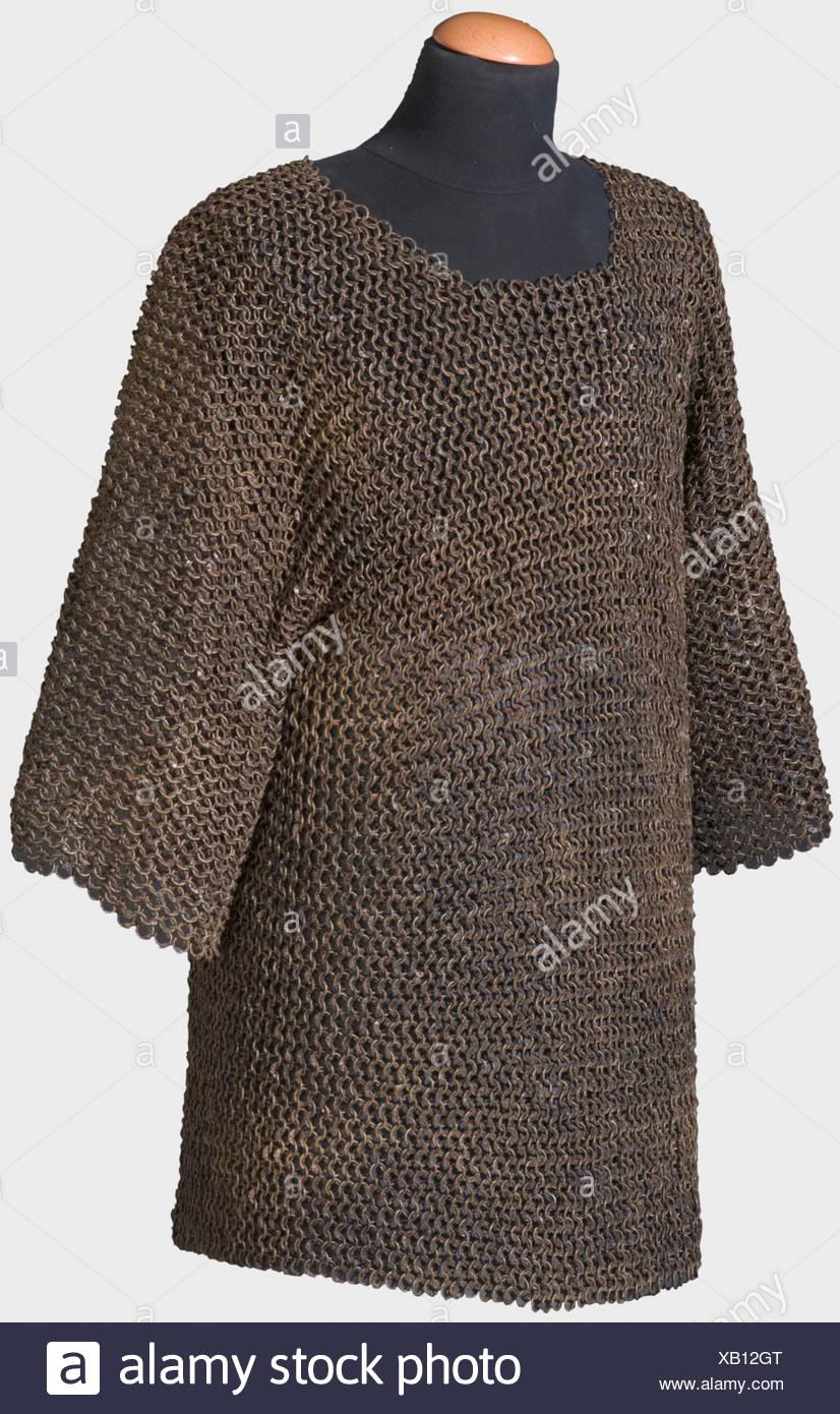 Un lourd mail shirt, sud-est de l'Europe, 16ème/17ème siècle un mail shirt hip-longueur des anneaux rivetés robuste avec manches courtes et un col semi-circulaire d'aperture. En parfait, si un peu sale et huileuse, état. Longueur ca. 74 cm., historique, historique, 17e siècle, 16e siècle, les armes de défense, d'armes, d'armes, l'arme, le bras, appareil de combat, objet, objets, alambics, clipping, coupures, cut out, cut-out, cut-outs, ustensile, pièce de l'équipement, les ustensiles, le placage, blindage, blindage, blindage, blindage réactif, armure, armure, métal, Additional-Rights-Jeux-NA Photo Stock