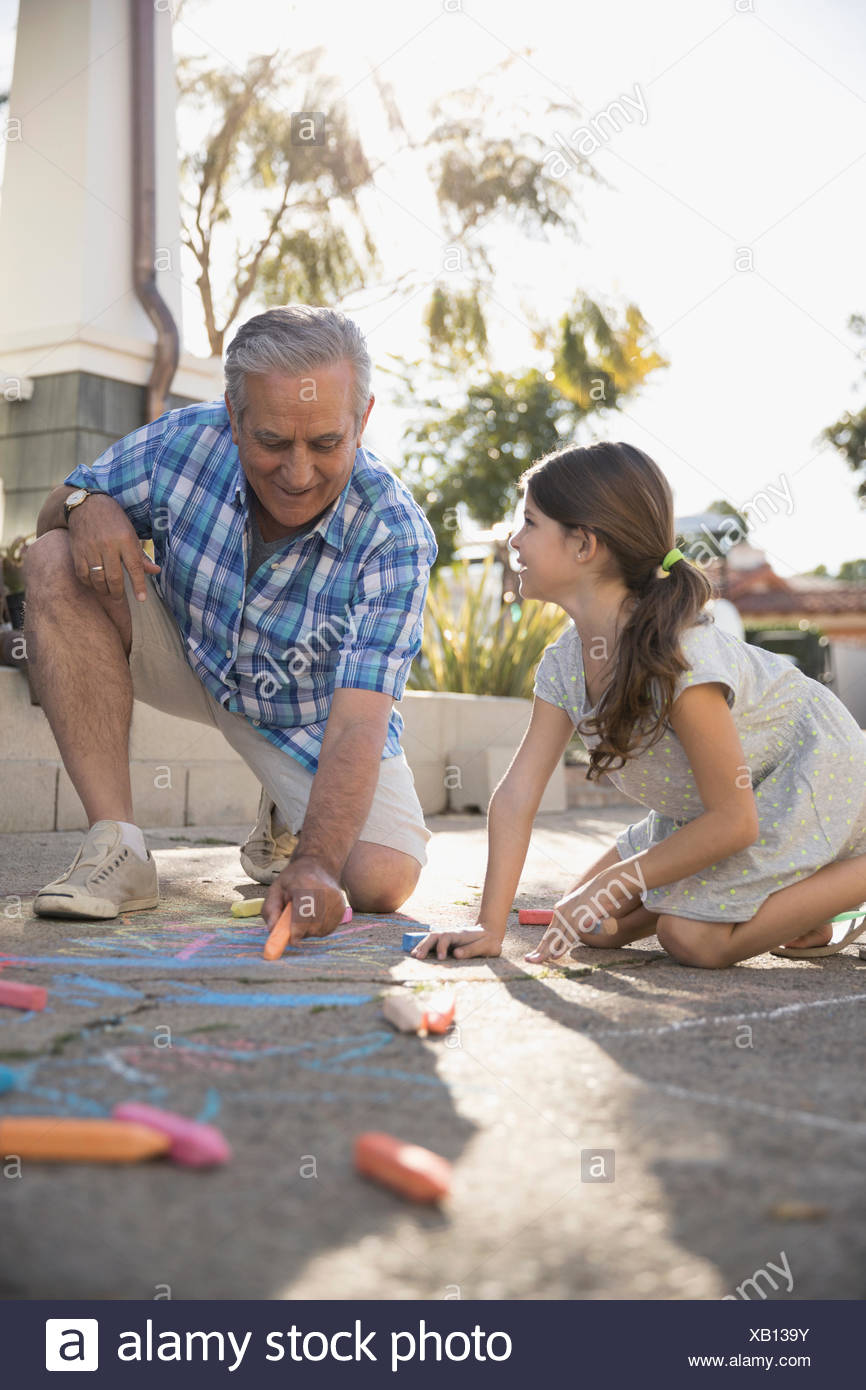 Grand Père Et Sa Petite Fille Dessin Avec Craies De Trottoir