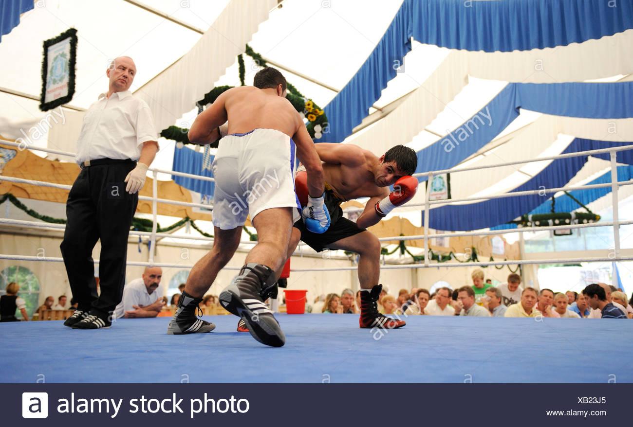 La bière traditionnelle tente la boxe à une fête folklorique à Geretsried, Bavaria, Germany, Europe Photo Stock
