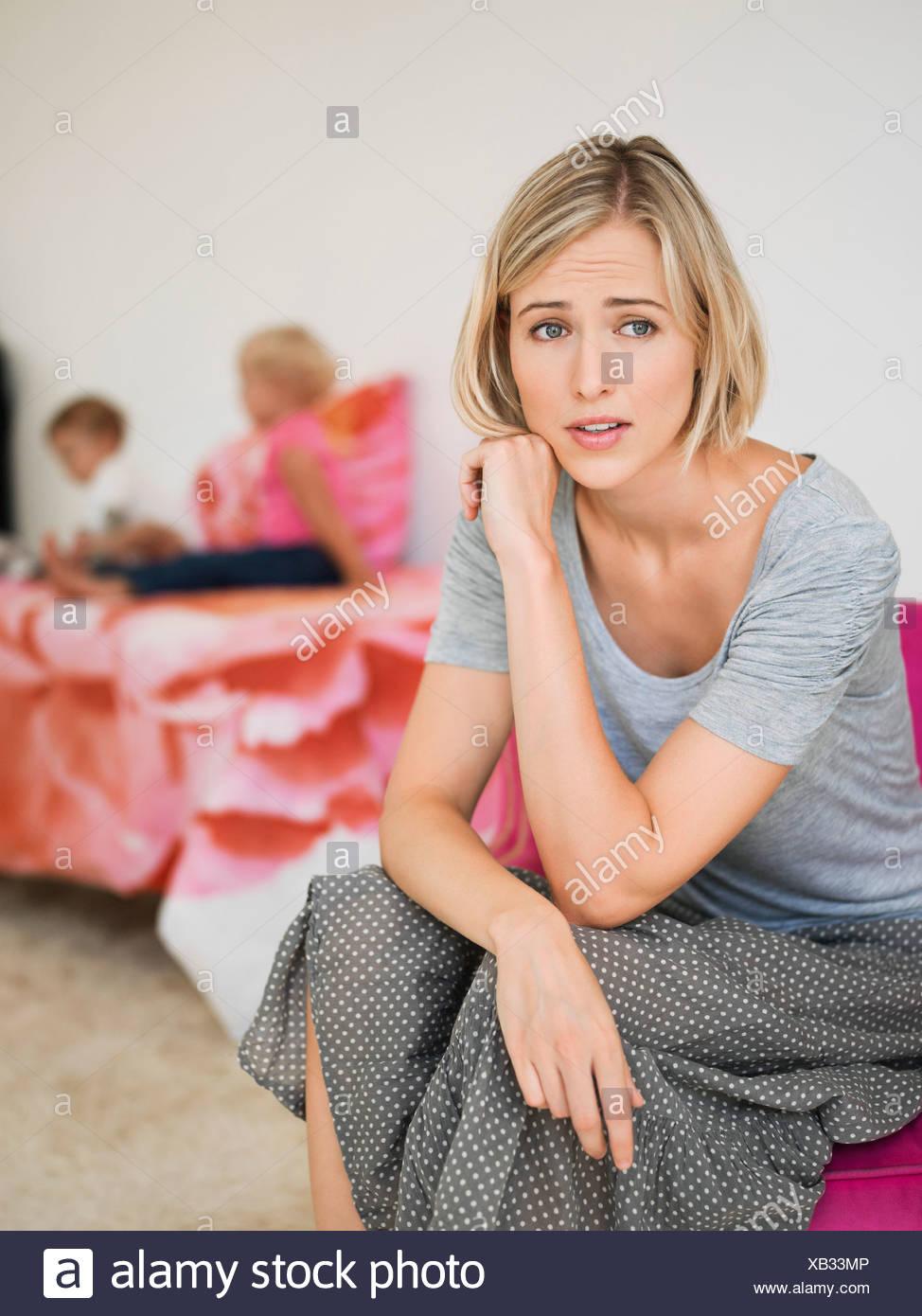 Femme à la peur avec ses enfants dans l'arrière-plan Photo Stock