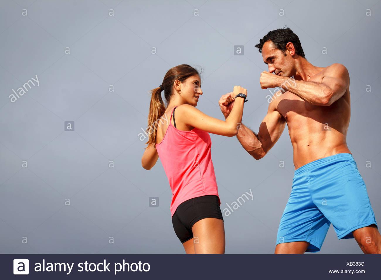 Couple boxe sur boulder Photo Stock