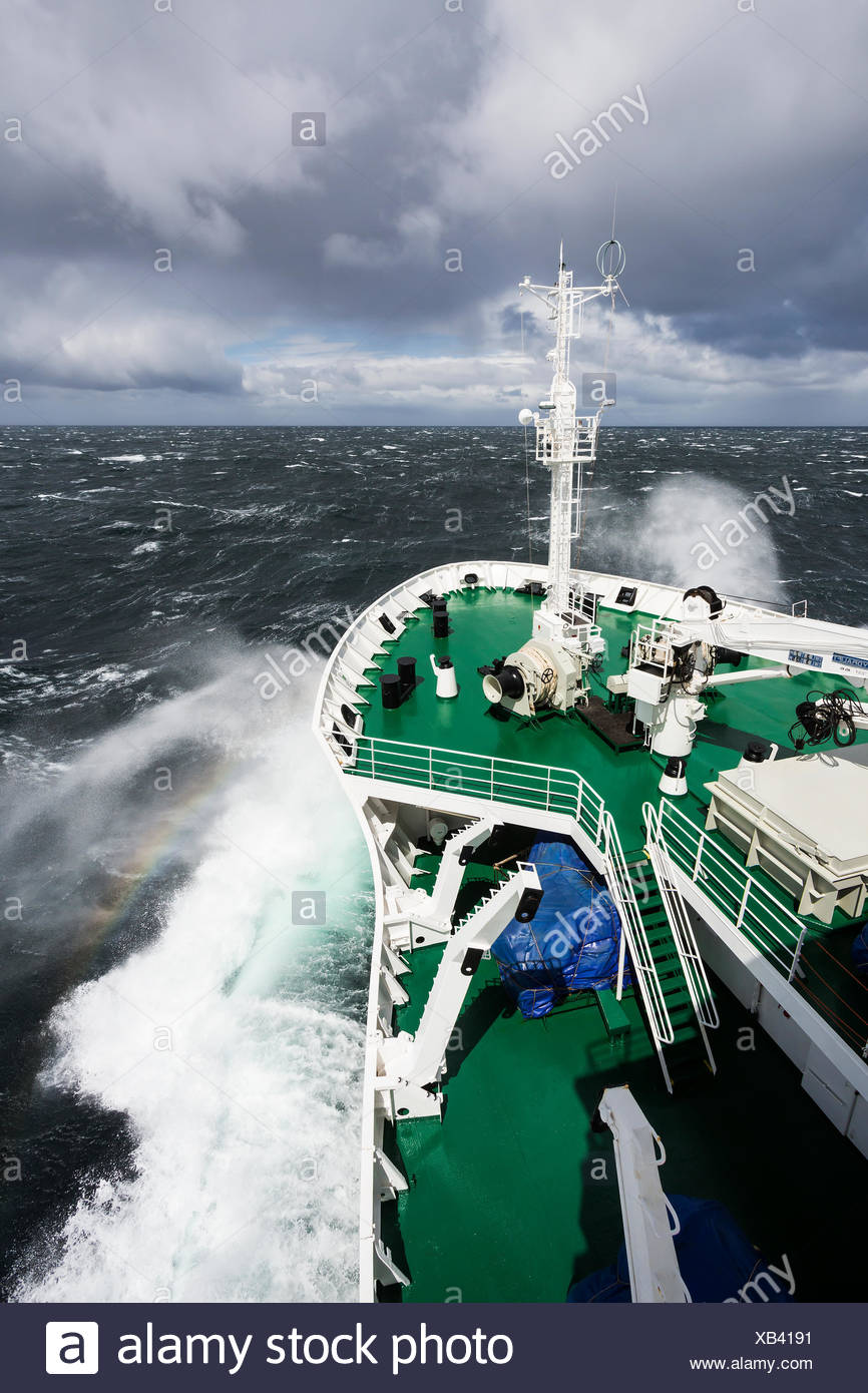 Akademic vavilov pousse par grosse mer traversant le passage de Drake Banque D'Images
