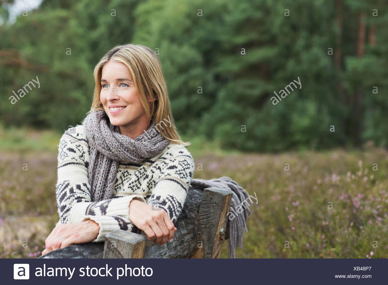 Mid adult woman wearing sweater sur établi Photo Stock
