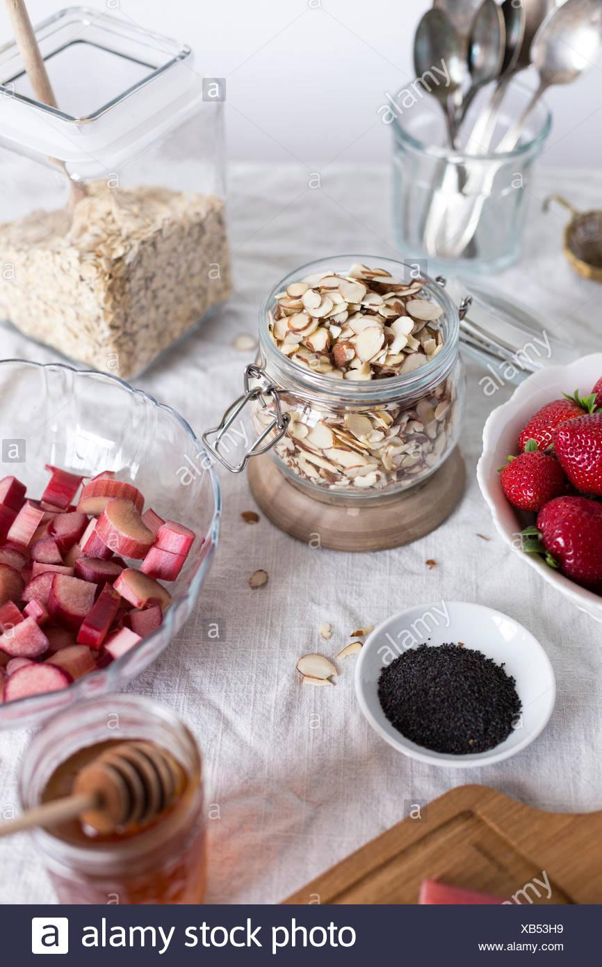 Ingrédients pour le petit-déjeuner à la fraise et à la rhubarbe croustillant d'avoine sont photographiés à partir d'un angle de 45 degrés Photo Stock