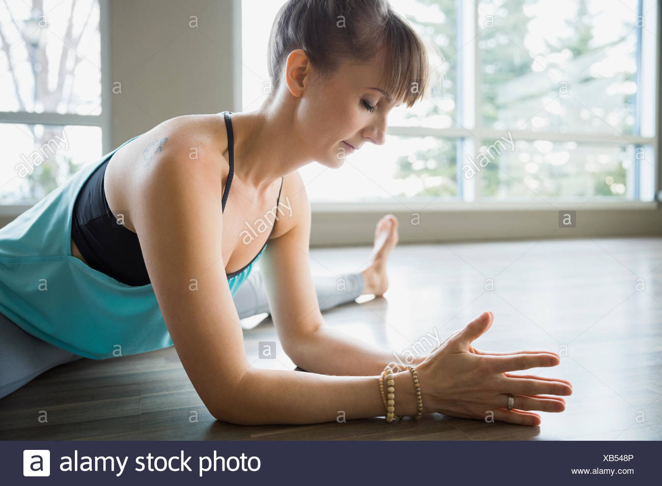 Femme souple avec jambes practicing yoga Photo Stock
