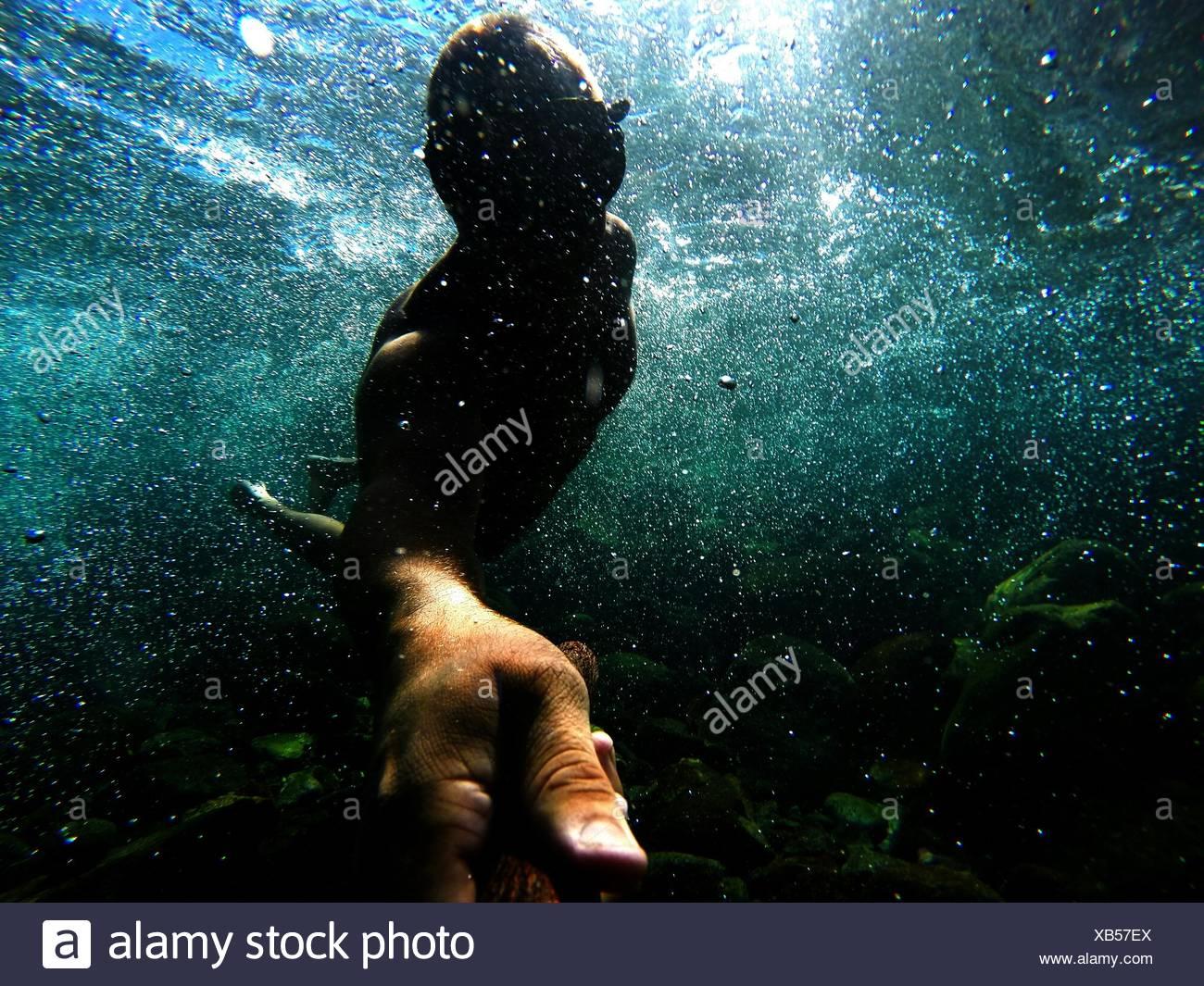 Homme natation en mer Photo Stock