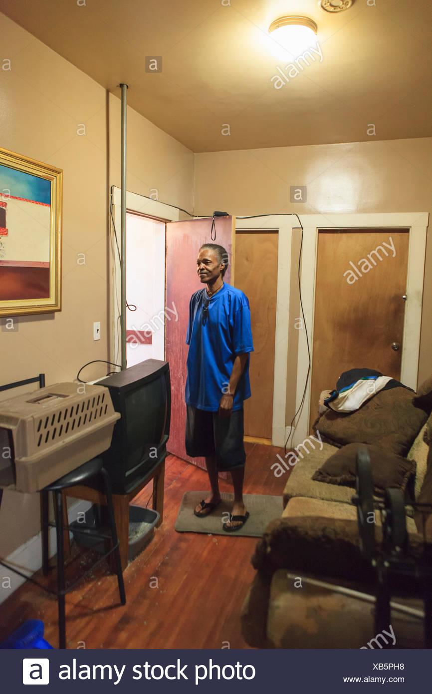 Homme avec un traumatisme crânien dans sa maison Photo Stock