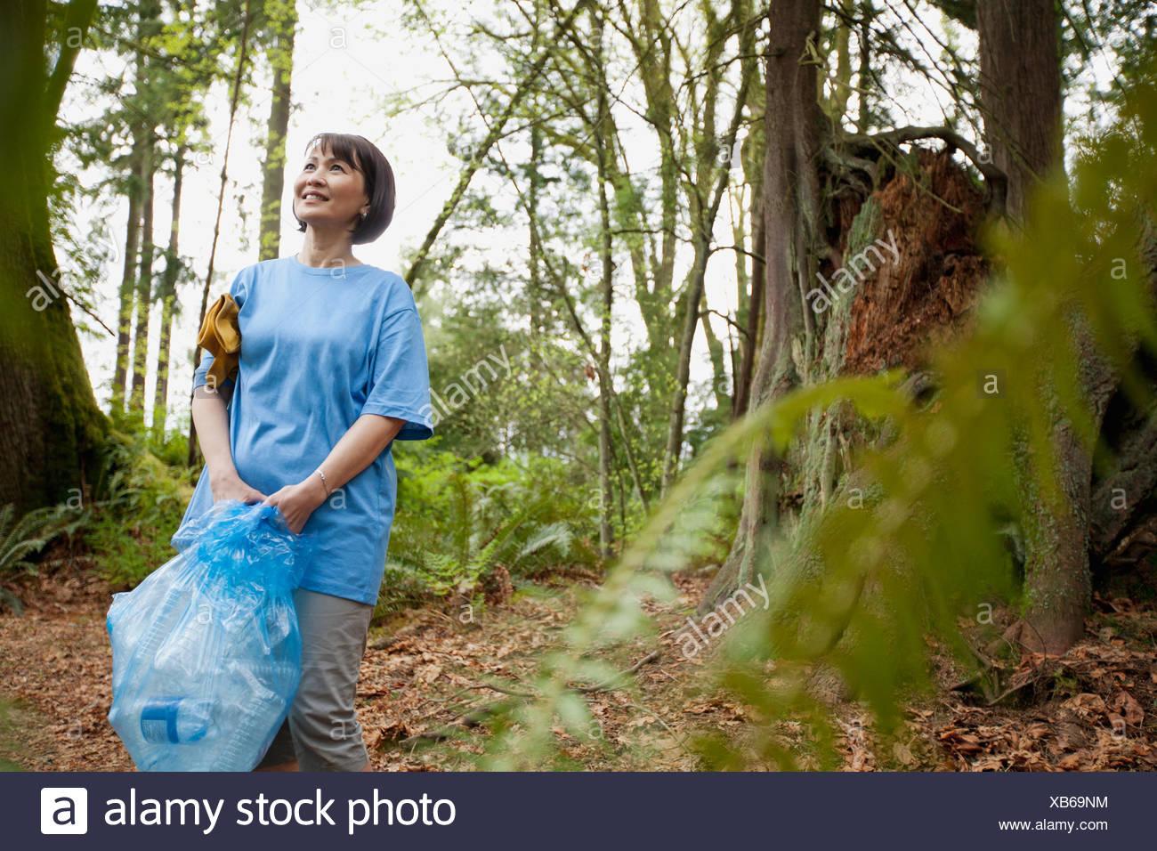 Femme mature aidant à nettoyer park Photo Stock