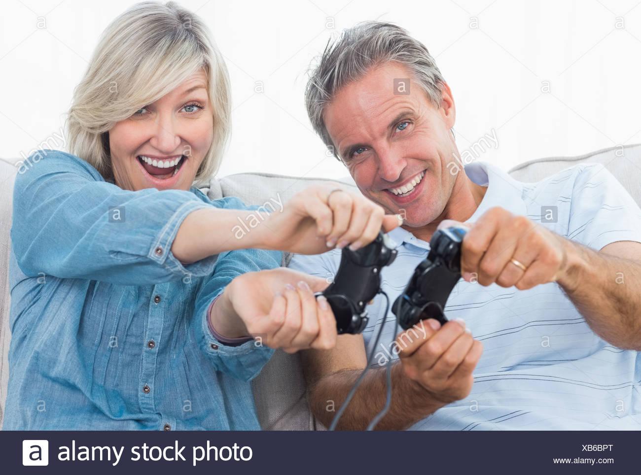Couple de jeux vidéo sur le canapé Photo Stock