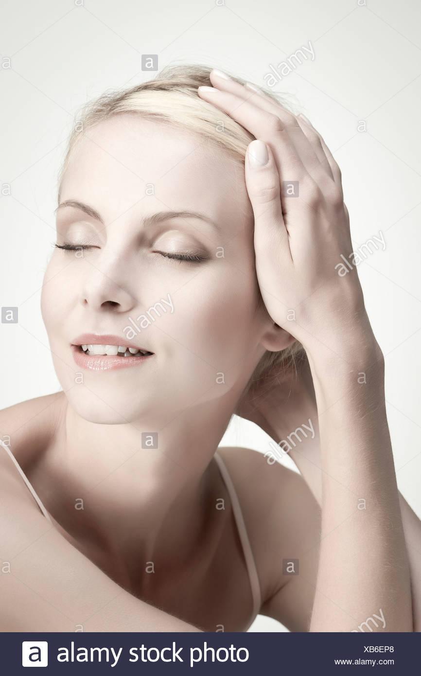 Jeune femme avec les yeux fermés, portrait Photo Stock