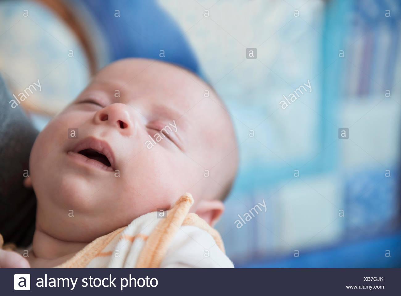 Bébé garçon dormir dans les bras du père, Close up Photo Stock