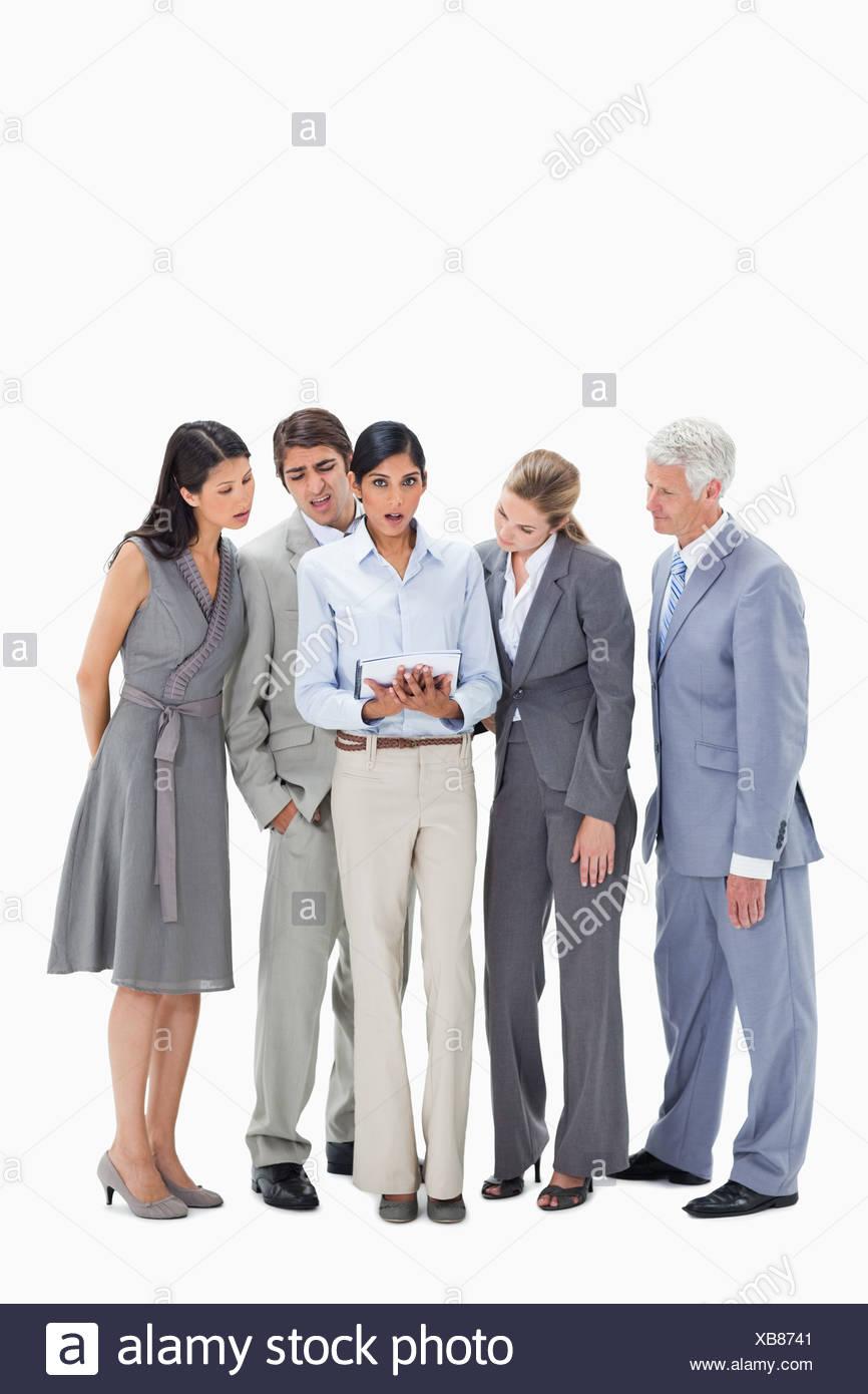 Regarder les gens d'affaires sans voix un touchpad Photo Stock
