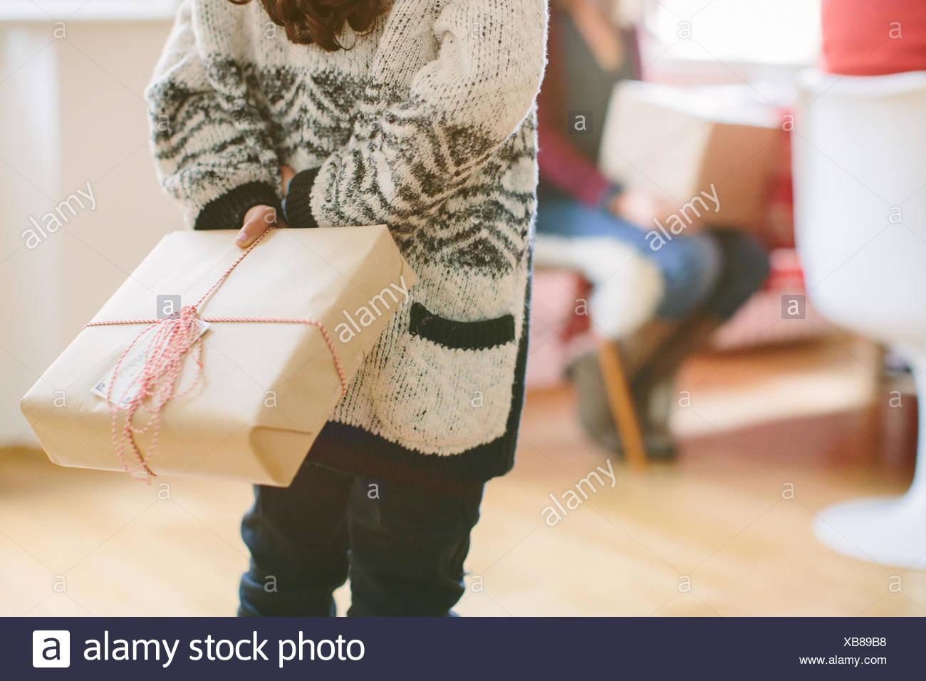 Cacher l'enfant cadeau surprise au party de Noël de la famille Photo Stock