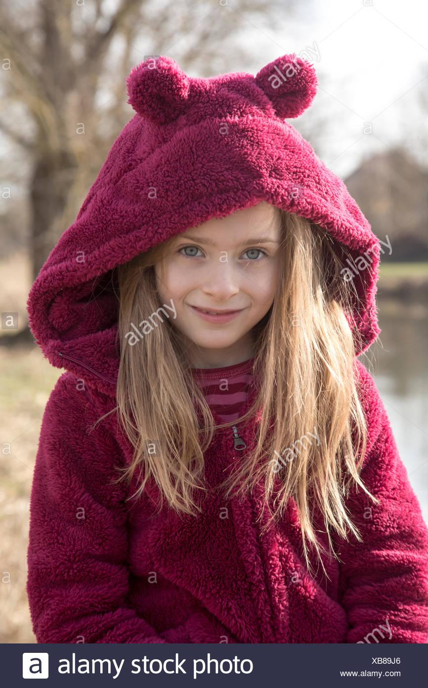 Portrait of smiling girl wearing Hooded Jacket en peluche avec les oreilles Photo Stock