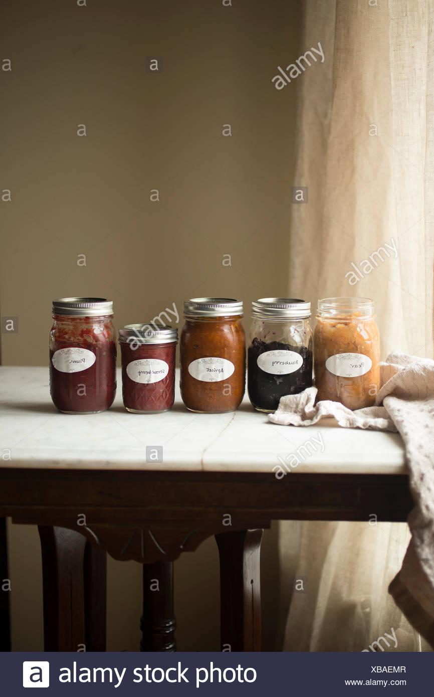 Accueil faites des fruits en conserve dans des bocaux Photo Stock