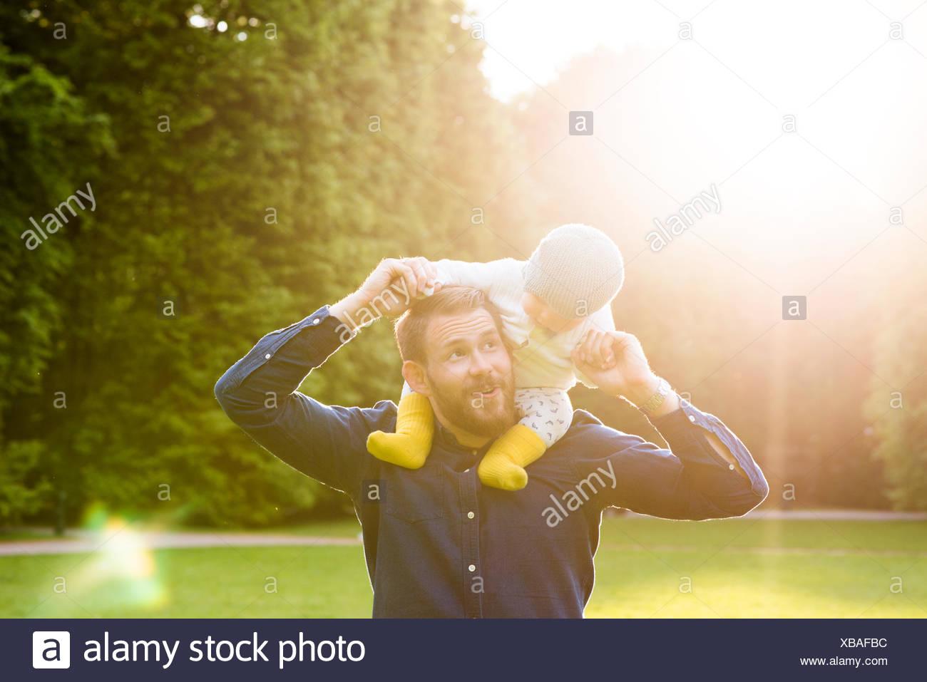 La Suède, Stockholm, Malmö, père tenant son (18-23 mois) in park Photo Stock