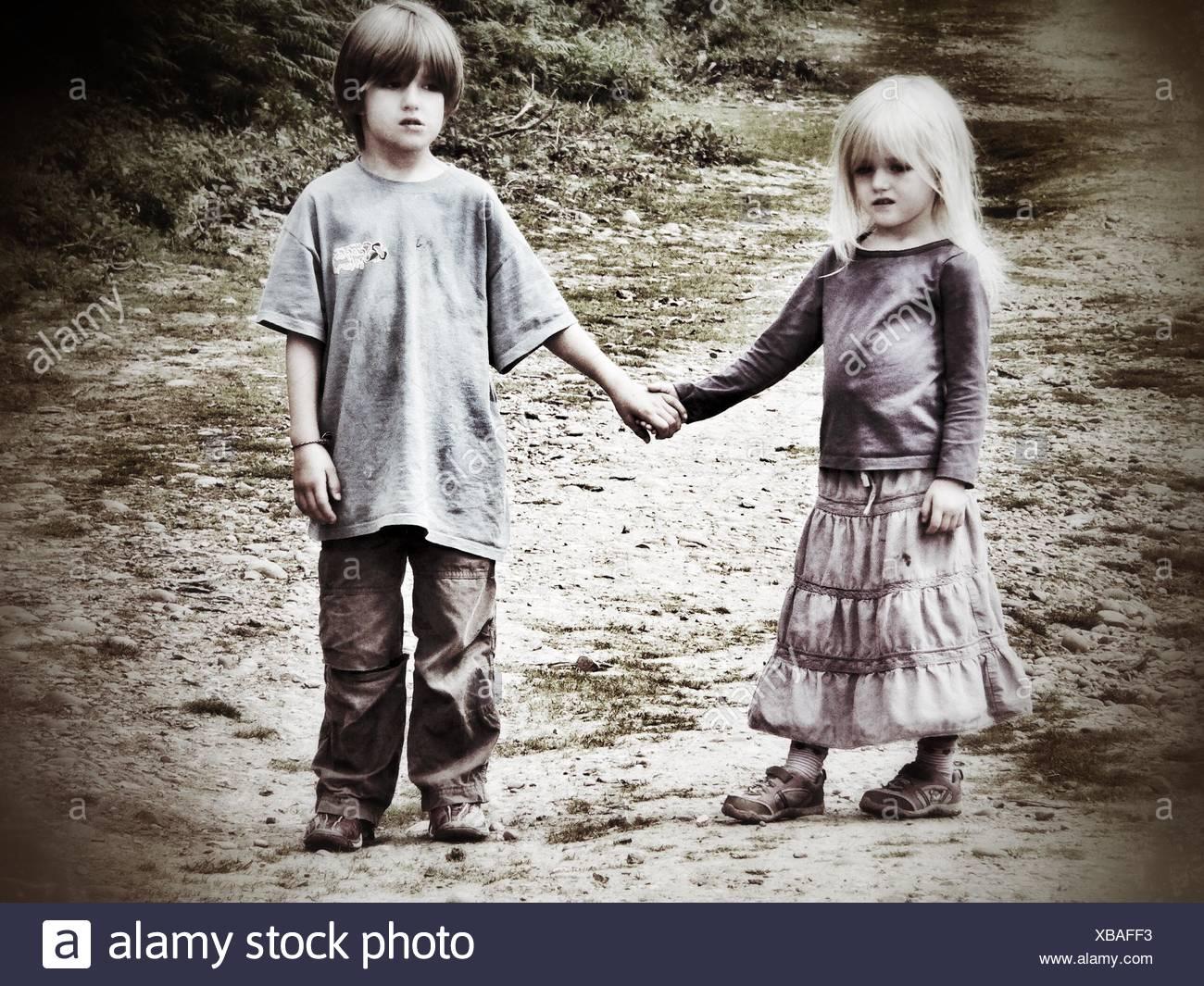 Toute la longueur de la fratrie Holding Hands Photo Stock
