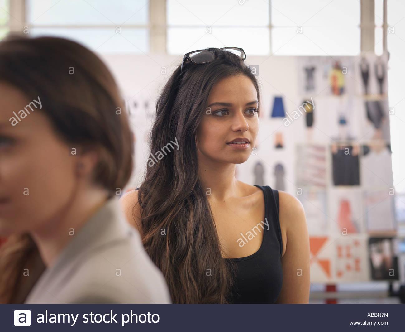 Les créateurs de mode dans la mode design studio Photo Stock