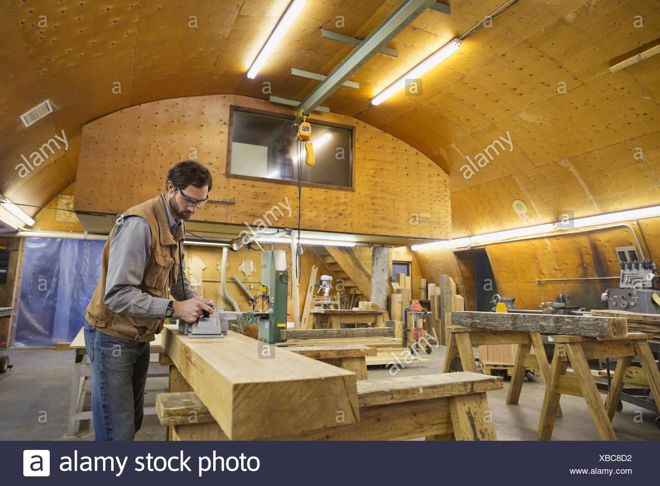 Plan électrique à l'aide de bois sur poutre en bois Photo Stock