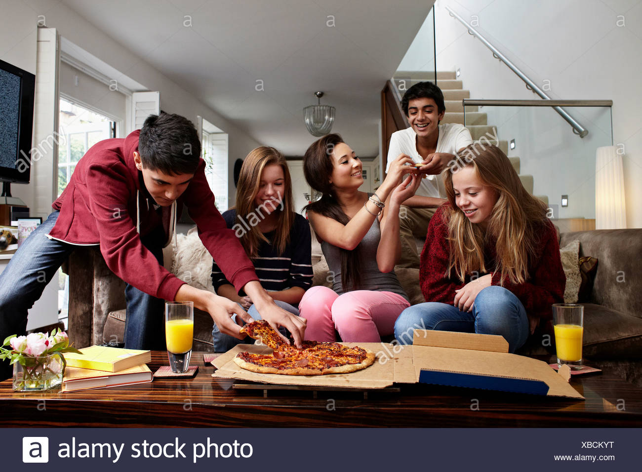 Les adolescents ayant emporter pizza Photo Stock