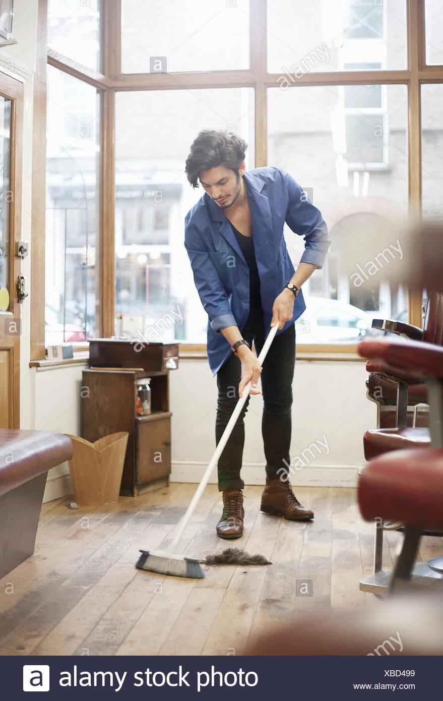 Balayage Homme Coiffure Pour Plancher Avec Broom Banque D Images