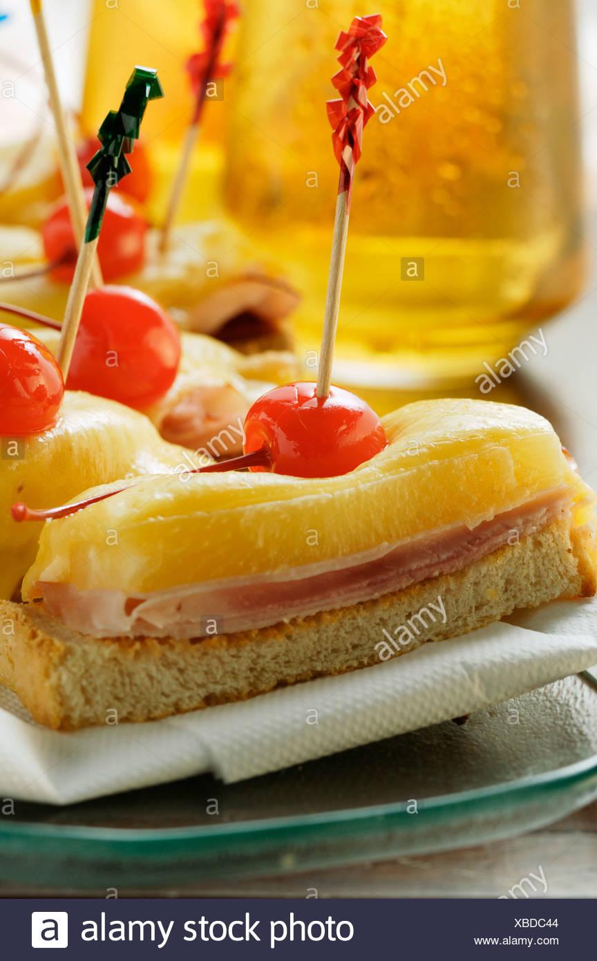 du jambon et du fromage sur des toasts avec cerises rouges foodcollection banque d 39 images photo. Black Bedroom Furniture Sets. Home Design Ideas