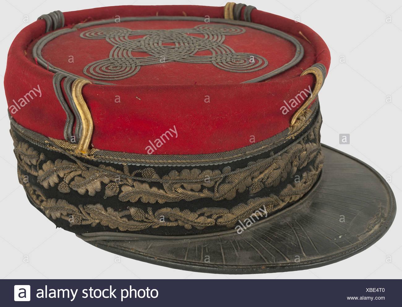 Le PREMIÈRE GUERRE MONDIALE, l'ensemble de général de division, vers 1892-1914, Képi de général de division. Calot et turban en drap rouge, bikini de drap noir brodé en cannetille ou sur deux rangs de feuilles de chêne, visière en cuir noir et dessous vert avec soutache ou sur la couture, noeud hongrois à 4 brins et les ailettes verticales en soutache soutaches, ou intérieur en soie dorée décousu. Etat moyen avec visière de cuir craquelé, un galon décousu, ternes exposera et traces de restaurations dans la broderie (dorure plus vive) et 3 soutaches verticales remplacées, , Additional-Rights-Clearences-NA Photo Stock