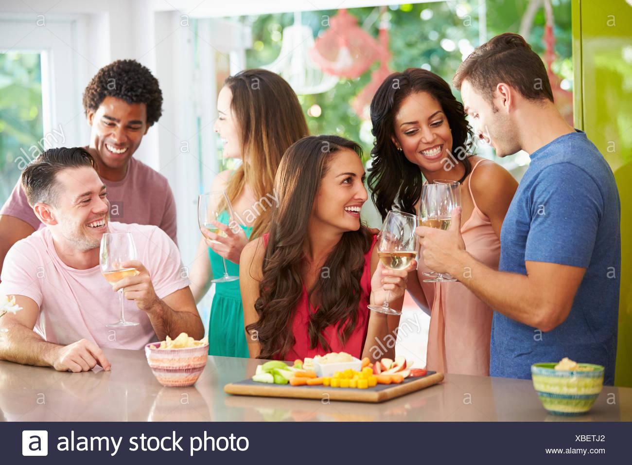 Groupe d'amis parti prendre un verre à la maison Photo Stock