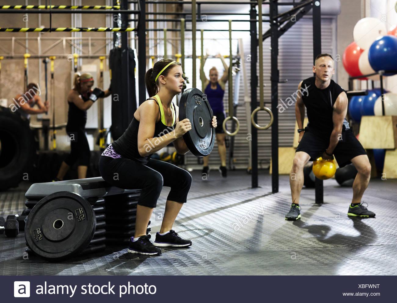 Les personnes en formation de circuit de sport Photo Stock