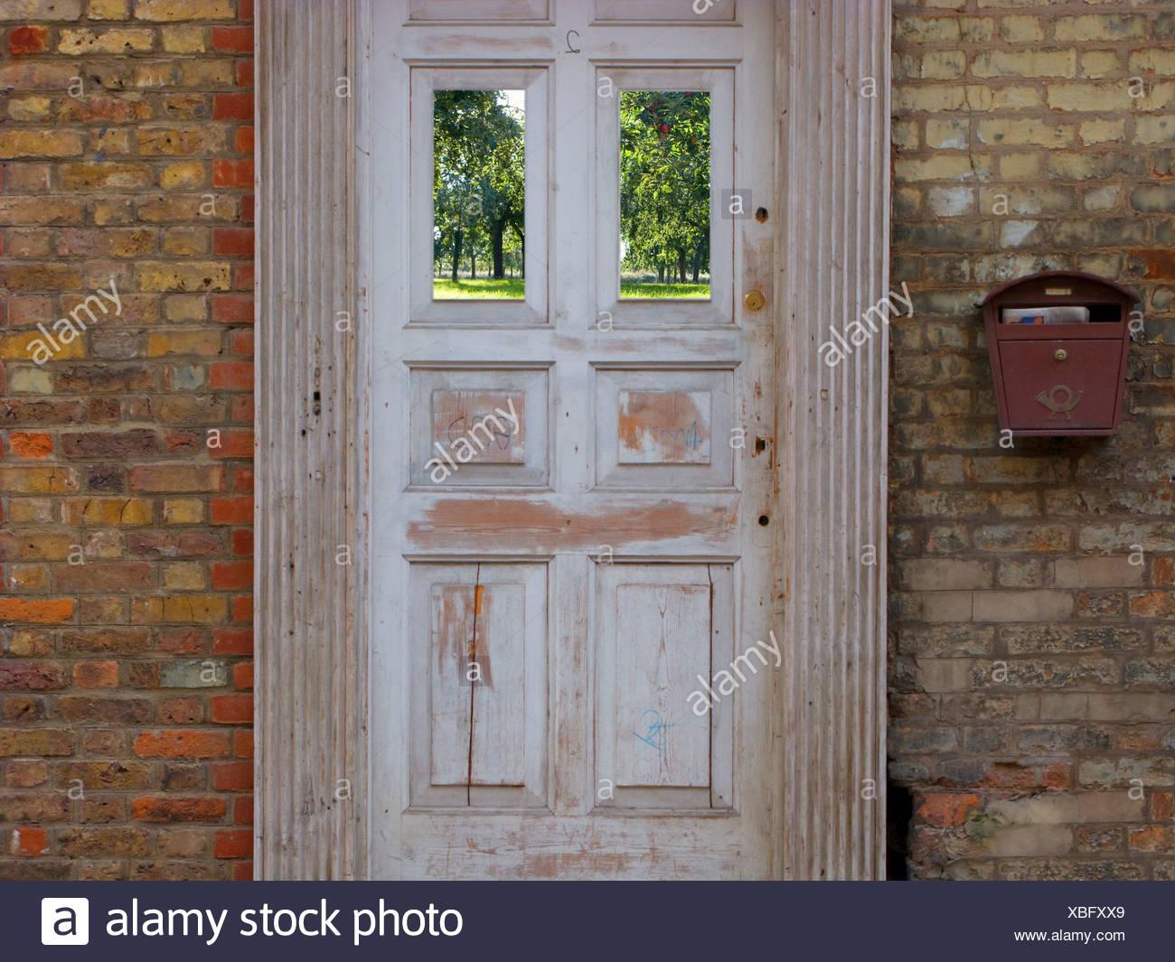 Porte à l'ancienne et maison en brique Photo Stock