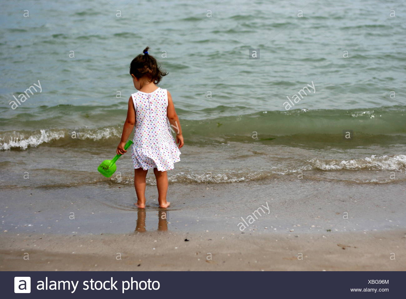 Baby Girl standing on the beach, Senigallia, Ancône, Marches, Italie Photo Stock