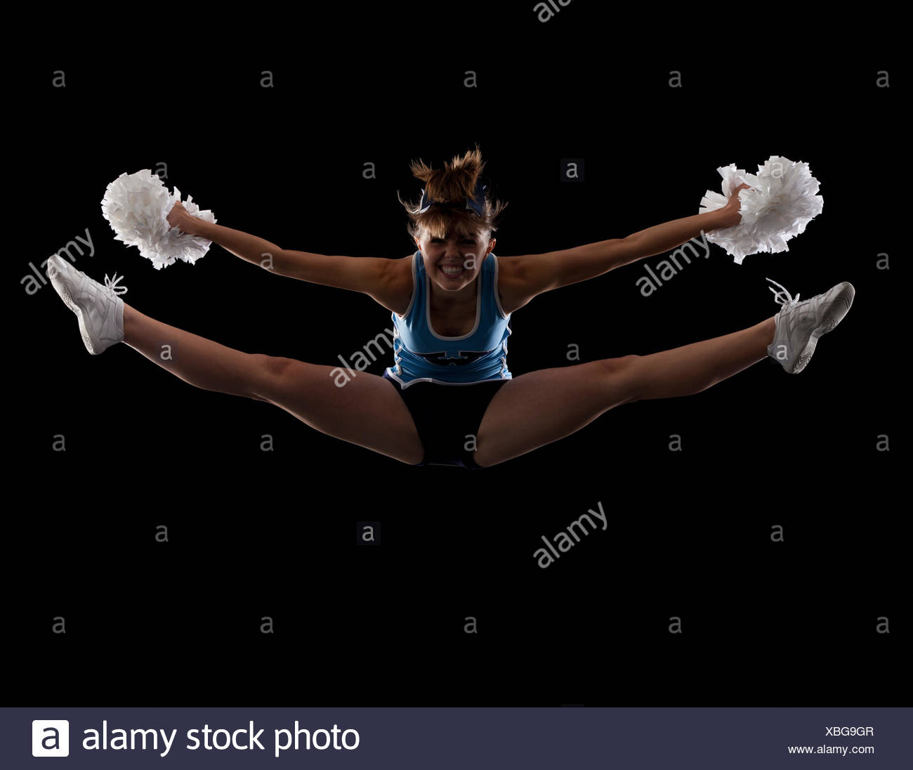 Portrait of teenage cheerleader girl (16-17) avec les jambes Photo Stock